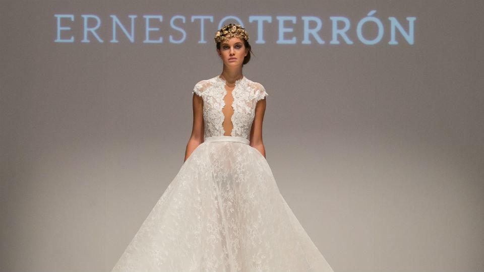 artesanía y digitalización en un taller de vestidos de novia sostenibles