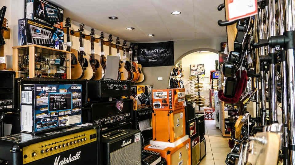 Las tiendas de m sica se pasan a lo digital para no for Casa amarilla instrumentos